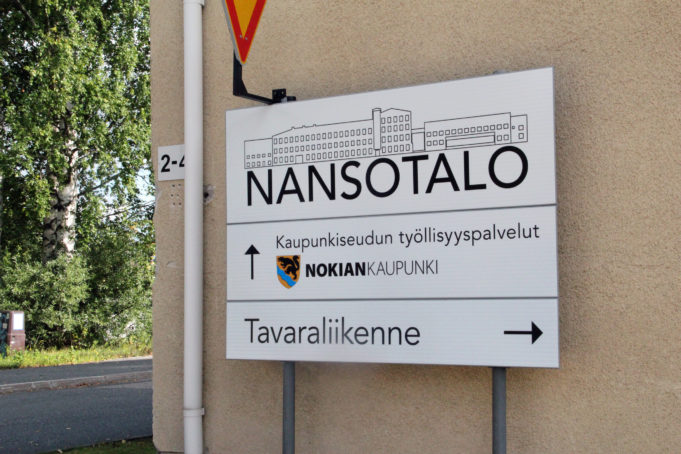 Nansotalon opastekyltti, jossa kerrotaan Nokian kaupungin työllisyyspalveluiden löytyvän Nansotalosta.