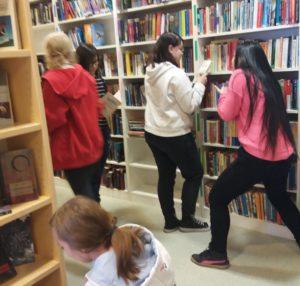 Kuva koulun kirjastosta