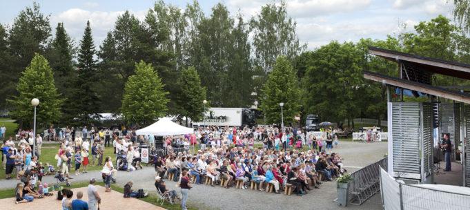 Yleisöä Tapsan Tahtien ulkoilmakonsertissa Poutunpuistossa.