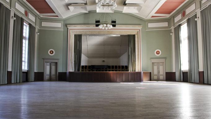 Kerholan tunnelmallisessa juhlasalissa voi järjestää juhlia, kokouksia ja konsertteja.
