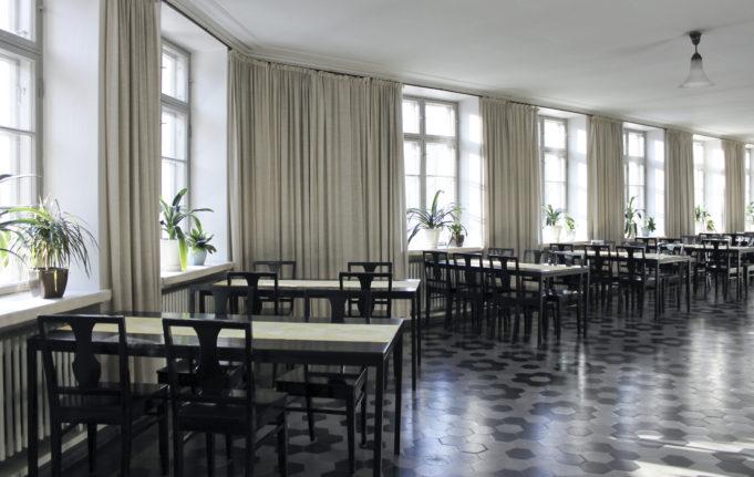 Sivusalissa on mustat kalusteet ja mustavalkoinen, koristeellinen laattalattia.