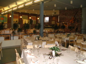 Hempankaaren juhlatiloihin mahtuu monta pöytää.