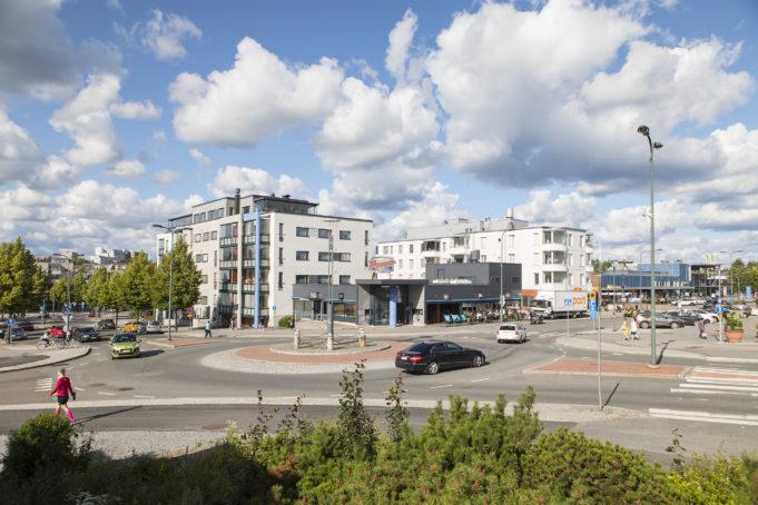 Nokian keskustassa Välikadulla on useita asuinkerrostaloja ja niiden edessä mm. Pepper Bar & Restaurant -ravintola.