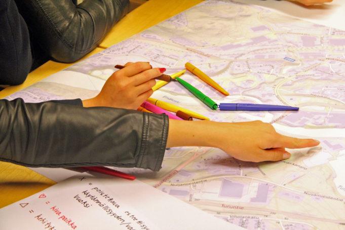 Nokian lukiolaiset merkitsevät värikkäillä tusseilla karttaan lempipaikkojaan Nokialla.