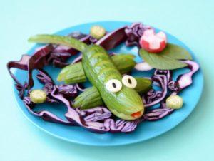 Kurkusta muita kasviksia apuna käyttäen tehty vihreä lisko.