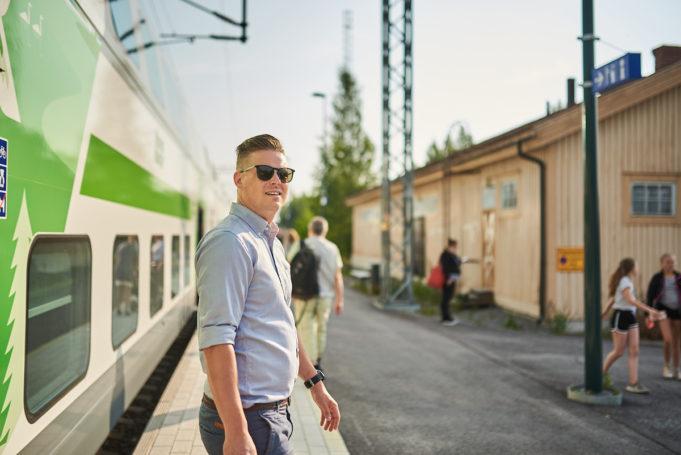 Mies astuu ulos valkovihreästä IC-junan vaunusta Nokian asemalla.