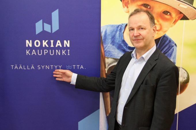Kaupunginjohtaja Eero Väätäinen esittelee Nokian kaupungin uutta logoa ja slogania.