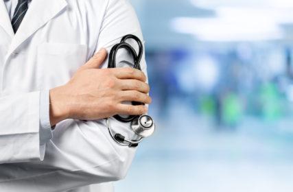 Lääkärin kädessä on stetoskooppi.