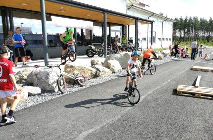 Lapset pyöräilee