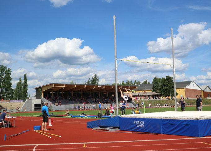 mies hyppää seivästä urheilukentällä