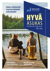 Hyvä Asukas -lehden kesäkuun kansikuva: kaksi tyttöä laiturilla