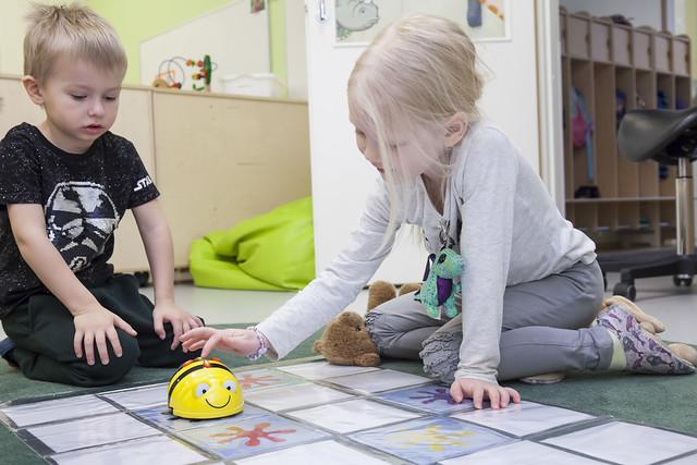 Lapset leikkivät Bee-botilla.