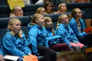 Lastenparlamenttilaisia ja tapahtumaan tulleita oppilaskunnan jäseniä osallistumassa täysistuntoon.