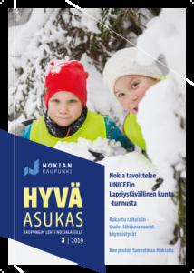 Asukaslehden 3_2019 kansikuva. Kaksi päiväkoti-ikäistä poikaa lumisessa maisemassa.