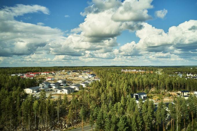 Ilmakuva Harjuniityn kasvavasta asuinalueesta, jossa rakennetaan paljon uusia omakotitaloja.