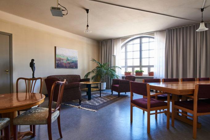 Viihtyisä Antin kamari on sisustettu talon alkuperäistä tyyliä kunnioittaen.