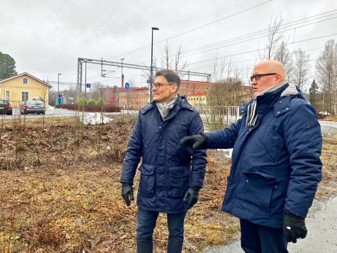 Nokian kaupunkikehitysjohtaja Mikko Niemisen (vas.) ja maankäyttöjohtaja Kari Stenlundin mukaan Nokian asemanseutu uudistuu tulevaisuudessa uuden matkakeskuksen ja asuinrakentamisen myötä.