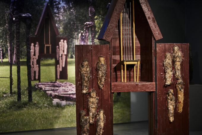 Ossi Somman kookas Alttarikaappi -teos on rakennettu puusta ja lasikuidusta.