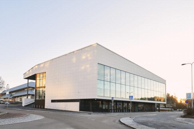 Kirjasto- ja kulttuuritalo Virran valkoinen ulkopinta muistuttaa rypistettyä paperiarkkia. Rakennuksen pohjoispuolella on isot ikkunat.