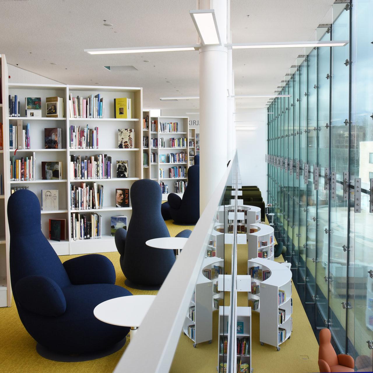 Virran kolmannen kerroksesta on näkymä Toivontorille. Ikkunan edessä on siniset nojatuolit ja kirjahyllyjä.