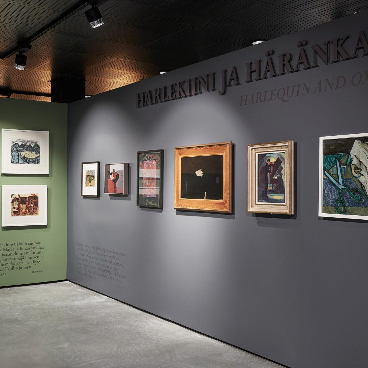 Harlekiini ja häränkallo-näyttelyssä on esillä maalauksia, veistoksia ja taideteollisuusesineita.