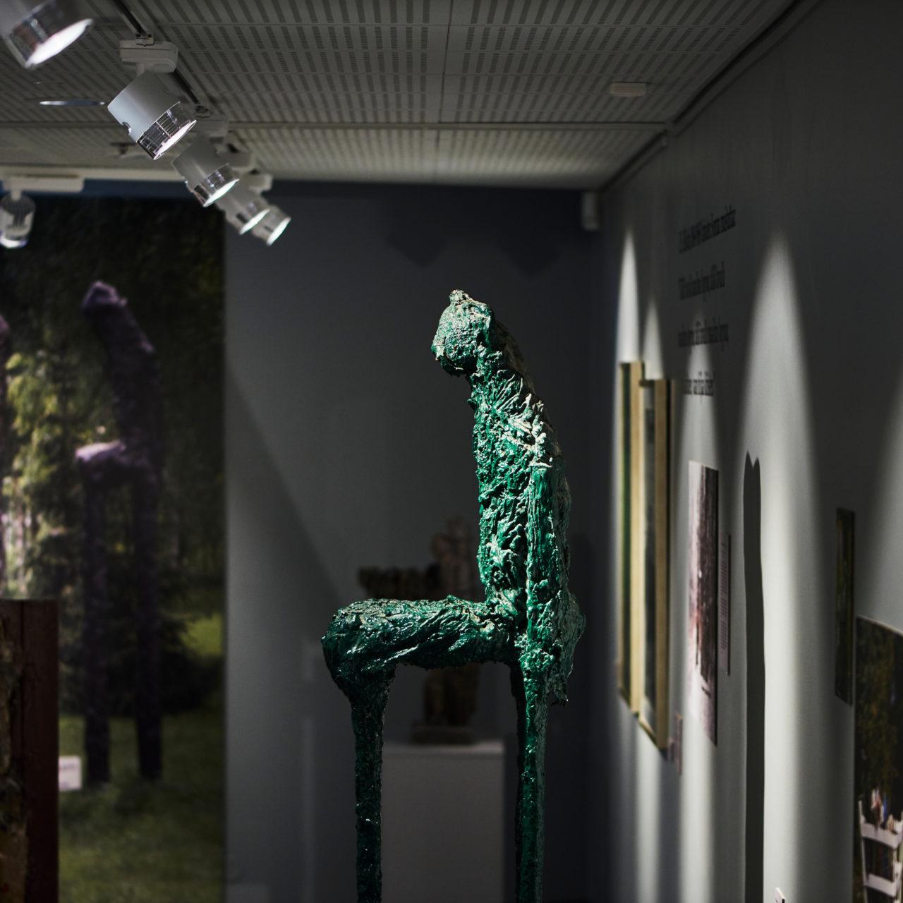 Ossi Somman näyttelyssä on esillä veistoksia, kookkaita kuvatulosteita ja tekstisitaatteja.