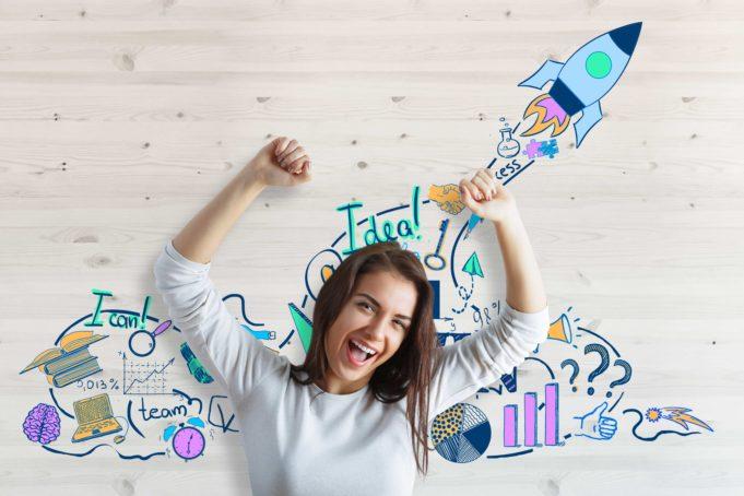 Nuori tyttö on iloinen ja tuulettaa kädet ylhäällä onnistumista.