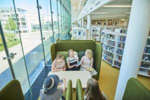 Virran nuoriso-osastosta kuvattu nuoria lukemassa kirjaa sohvaloossissa.