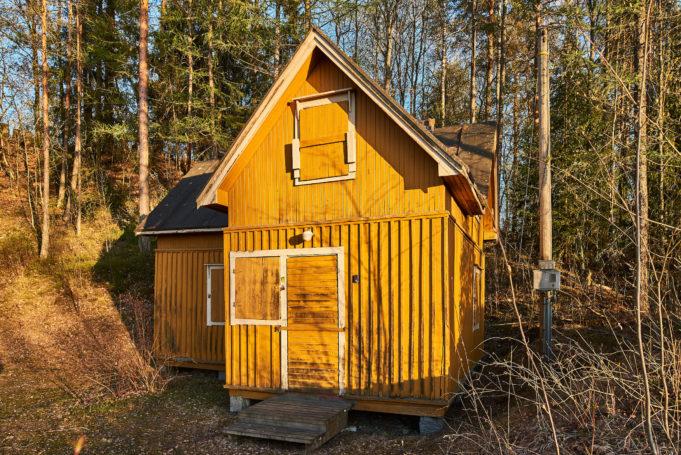 Isonkiven-Järvisen mökki on keltainen puurakennus.