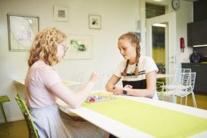 Kaksi tyttöä pelaamassa Kimbleä nuorisotilalla