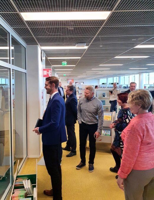 Pirkanmaalaisia kansanedustajia vierailulla Nokian kirjasto- ja kulttuuritalo Virrassa. Kuvan edustalla edustaja Jouni Ovaska ihailee kirjaston uutta palautusautomaattia.