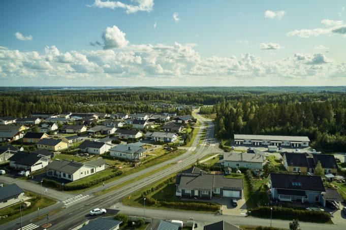 Harjuniityn asuinalue ilmasta kuvattuna. Taloja, pihoja ja tie.
