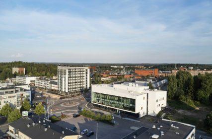 Ilmakuva Nokian keskustassa, jossa etualalla näkyvät kirjasto- ja kulttuuritalo Virta sekä sen vieressä korkea asuinkerrostalo.