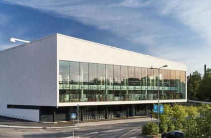 Kirjasto- ja kulttuuritalo Virran valkoinen komposiittipinta ja isot lasipinnat ovat arkkitehtonisesti näyttäviä.