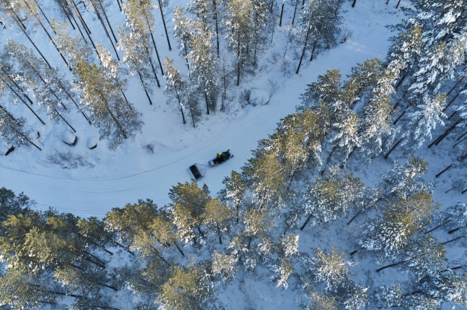 Nokian kaupungin työntekijä kunnostaa latua moottorikelkalla Pohjois-Nokian metsäisellä latureitillä.
