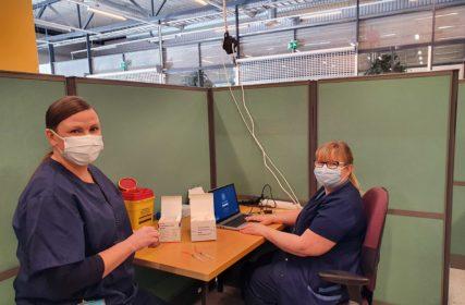 Nuijamiestentien rokotuspisteessä sairaanhoitajat ovat rokotuspisteellä.