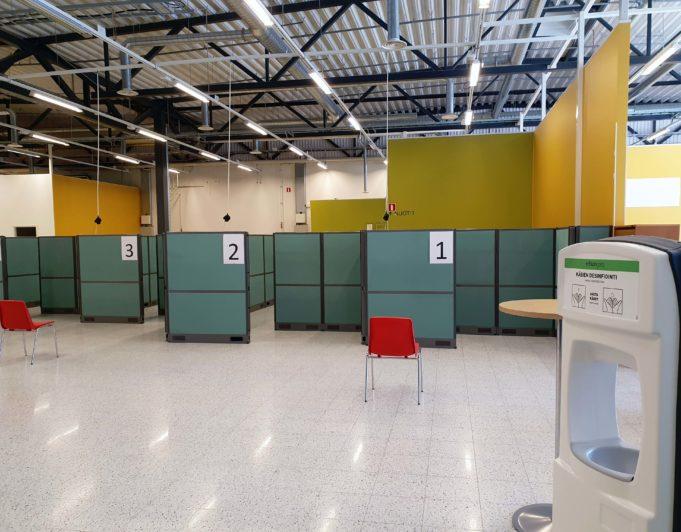 Nuijamiestentien uusi rokotuspiste. Sisäänkäynnissä on heti tarjolla käsidesiä. Etualalla vuoron odotukseen tarkoitettu tuoli. Rokotuslinjastot 1,2 ja 3.