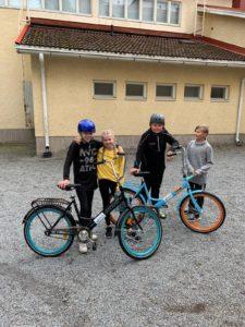 lapset polkupyöräilee