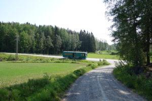 Kirjastoauto kesäpäivänä Joutsijoen pysäkillä.
