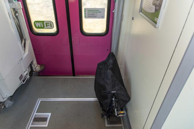 Taittopyörä taiteltuna junanvaunussa.