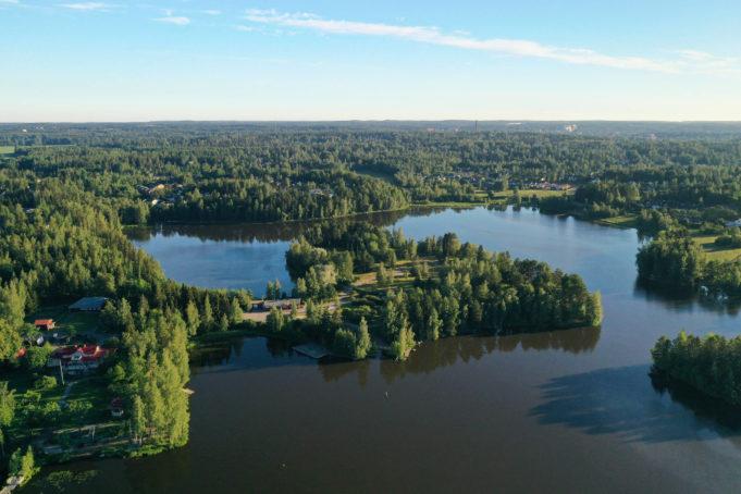 Ilmakuva Viinikanniemen saarimaisesta alueesta, jota ympäröi Pyhäjärvi rantoineen.