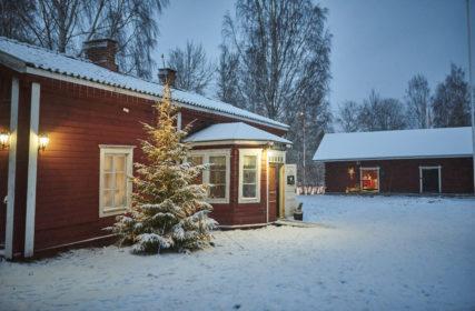 Hinttalan Pytinki ulkoa kuvattuna talvella ja edustalla joulukuusi